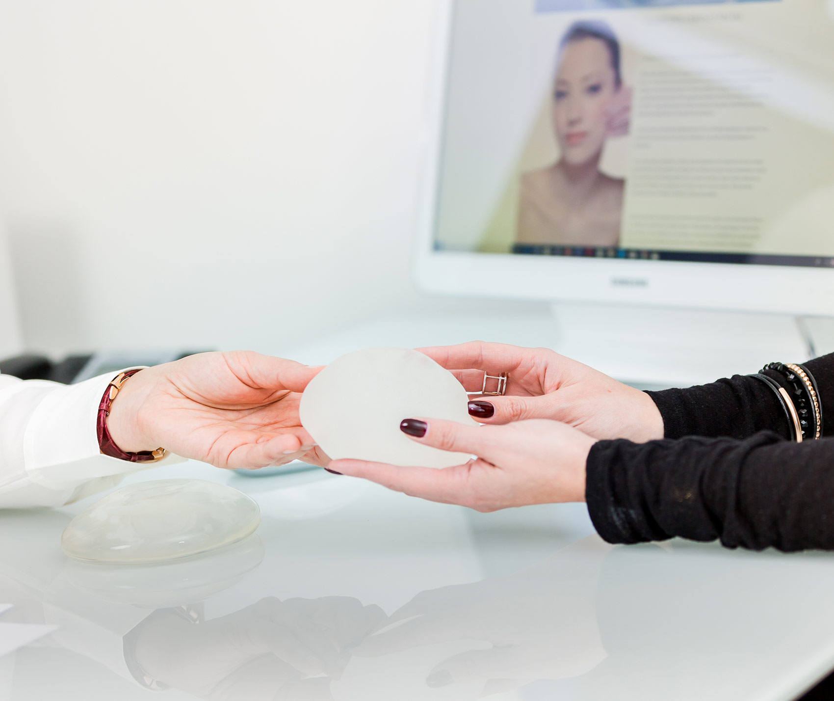 Tout savoir sur le retrait des prothèses mammaires du marché français avec le Dr Pachet